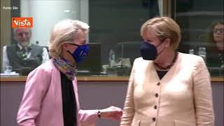 Von der Leyen tenta di salutare Merkel dandole la mano, ma la Cancelliera si allontana