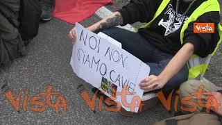 No green pass, i manifestanti di Roma si siedono per terra in omaggio ai portuali di Trieste
