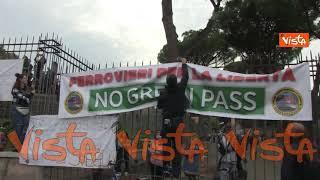 """""""Trieste chiama, Roma risponde"""" i cartelli dei no Green pass a Roma"""