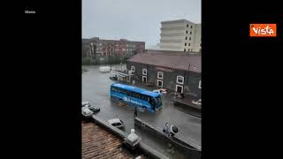 Nubifragio su Catania, le auto galleggiano lungo le strade allagate