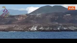 Eruzione vulcanica alle Canarie, la colata lavica vista dal mare