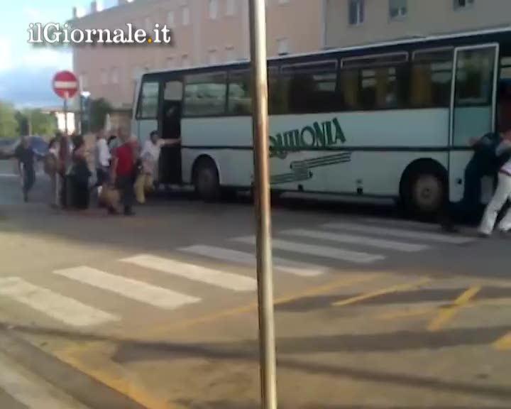 Calabria, passeggeri spingono l'autobus