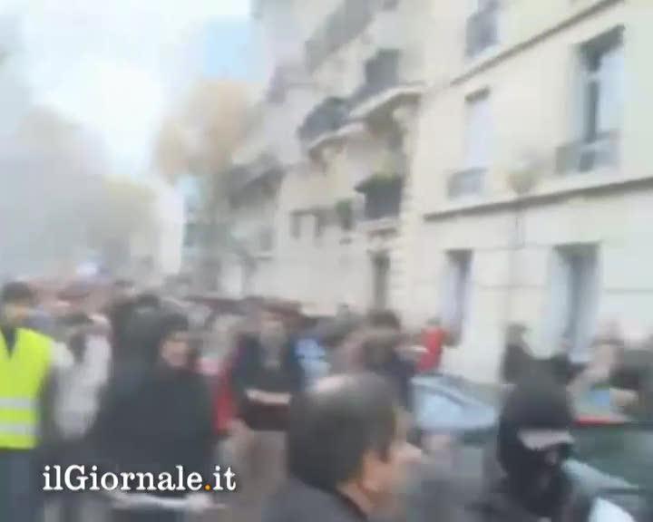 Le Femen picchiate dai cattolici radicali