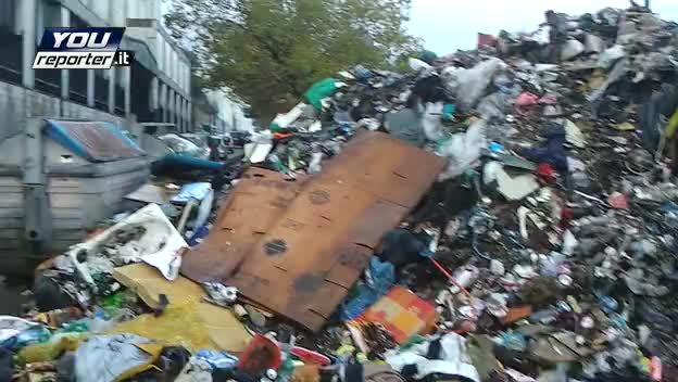 Un muro di spazzatura a Napoli