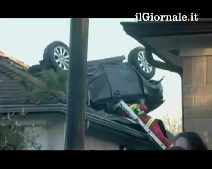L'auto vola sul tetto