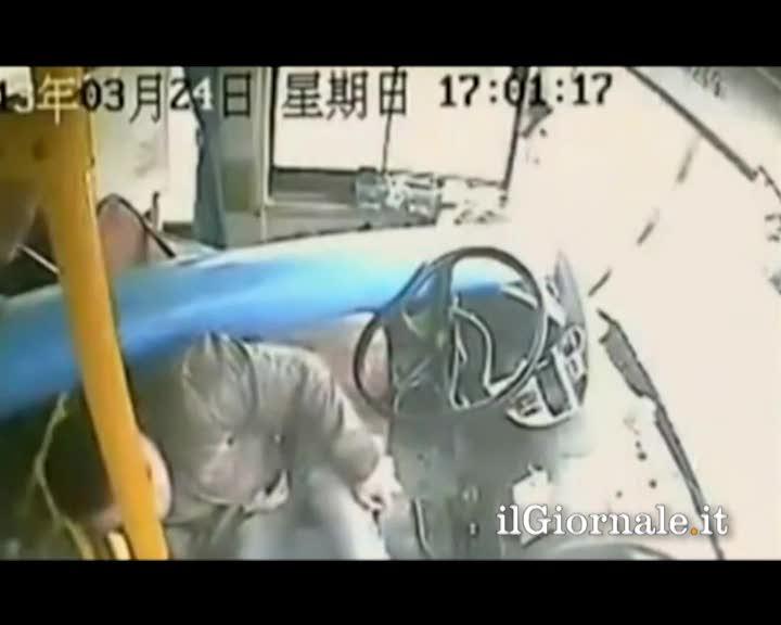 Incidente autobus: autista salvo per miracolo