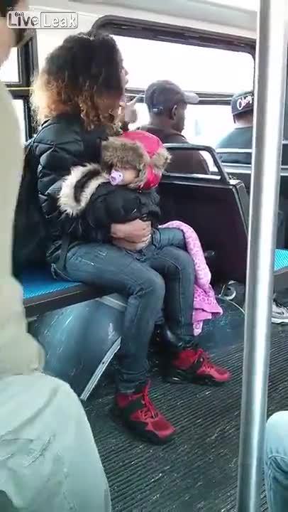 Scoppia lite su un autobus e lancia la bambina