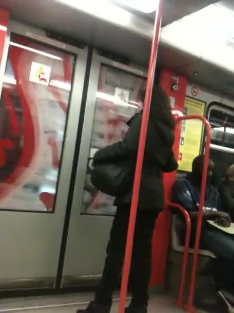 La donna che perde la testa in metro