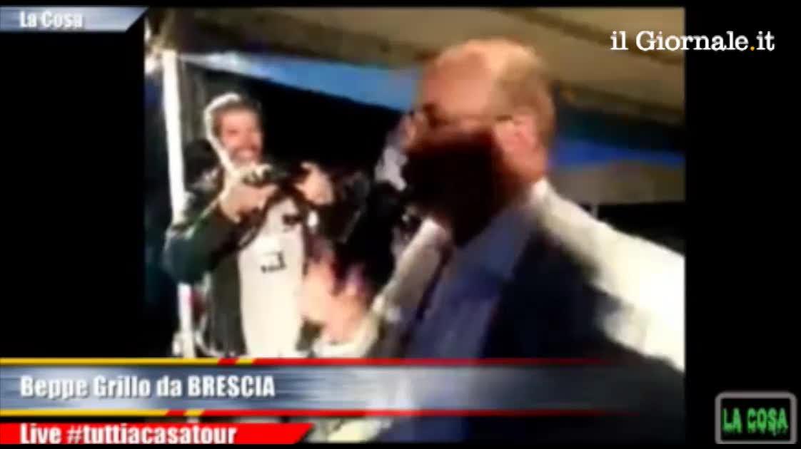 Siparietto tra Grillo e Crimi a Brescia