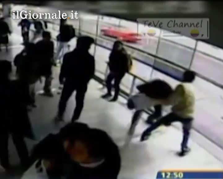 Ladro maldestro investito da un autobus
