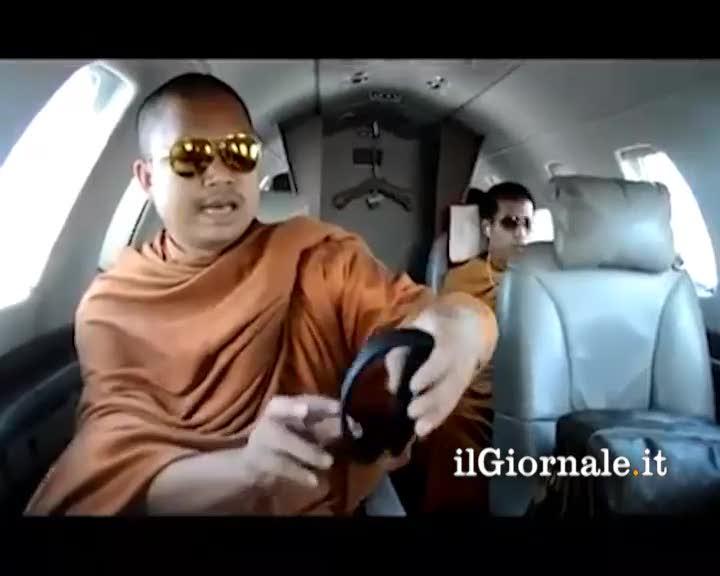 Viaggio in jet privato per i monaci tibetani
