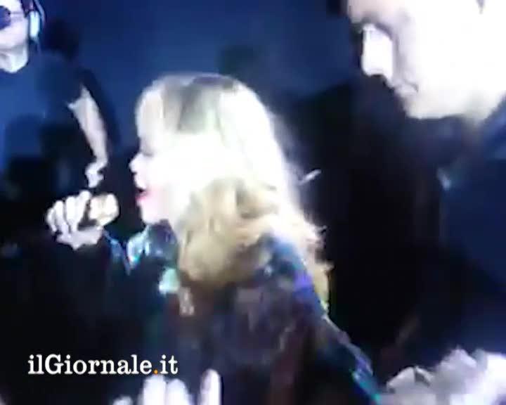 Rihanna tira microfonata ad un fan
