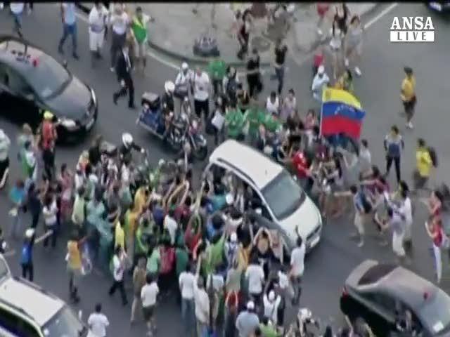 L'auto del pontefice assediata dalla folla