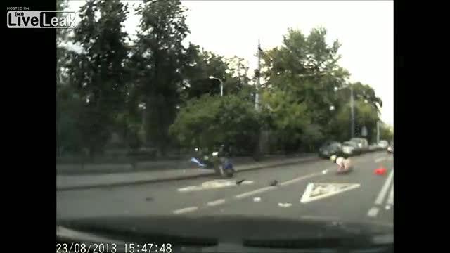 Motociclista investito vola su auto