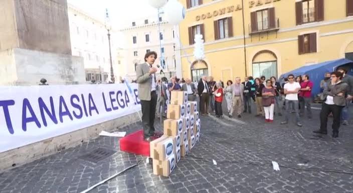 Eutanasia, i Radicali portano le firme sul referendum