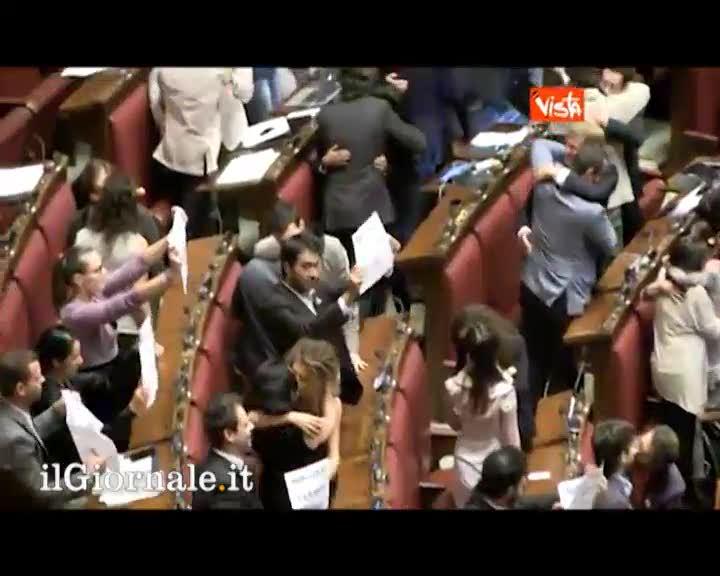 Baci gay in aula la protesta dei deputati del m5s for Deputati cinque stelle