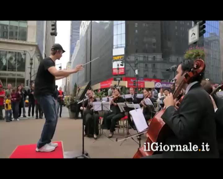 Divertente flash mob a NY: orchestra cerca un direttore