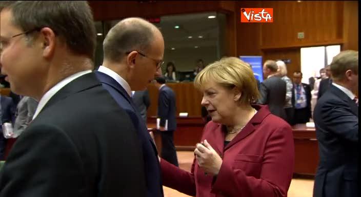 """Letta alla Merkel: """"Sorridi"""". E fa il segno dello smile"""