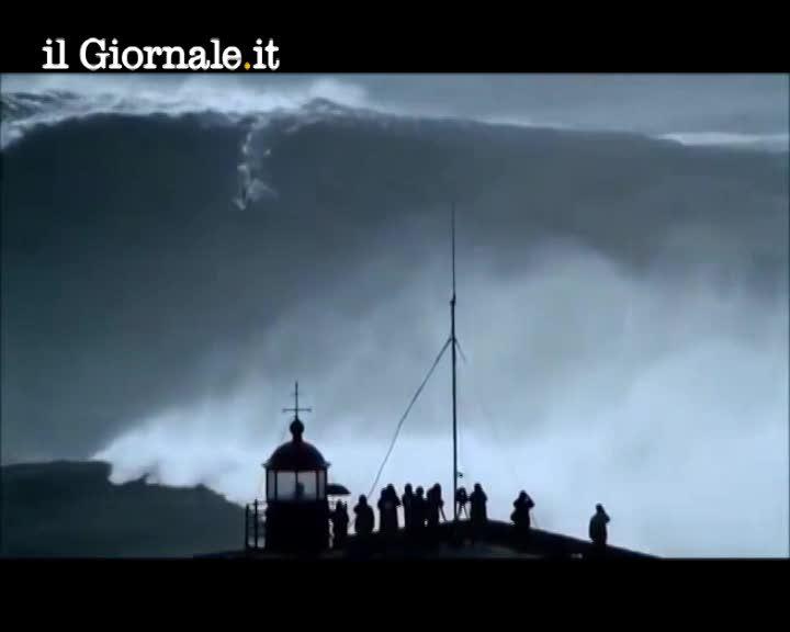 Portogallo, cavalca onda gigantesca. È record mondiale