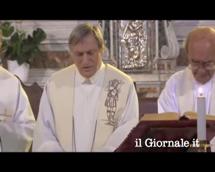 """Don Ciotti ricorda don Gallo cantando """"Bella ciao"""" in chiesa"""