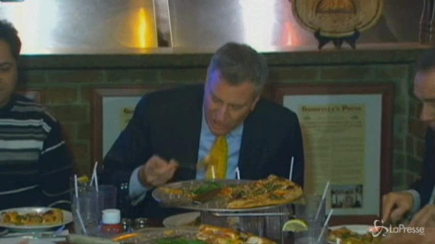 Forchetta e coltello per la pizza? Scandalo a tavola per De Blasio