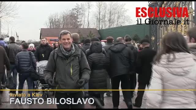 """Ucraini in """"pellegrinaggio"""" alla residenza di Yanukovich"""