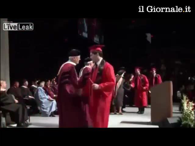 Festeggia il diploma con un salto mortale