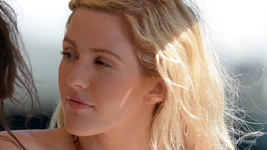 Ellie Goulding sexy in vacanza a Miami: il seno che fa capolino dal costume