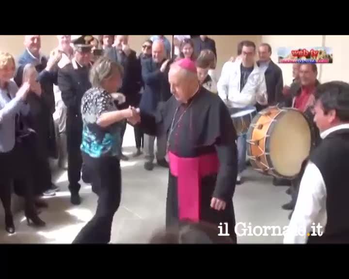 Cosenza, il vescovo balla la tarantella
