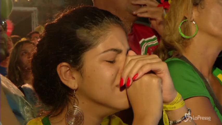 Brasile umiliato: i tifosi delusi in lacrime