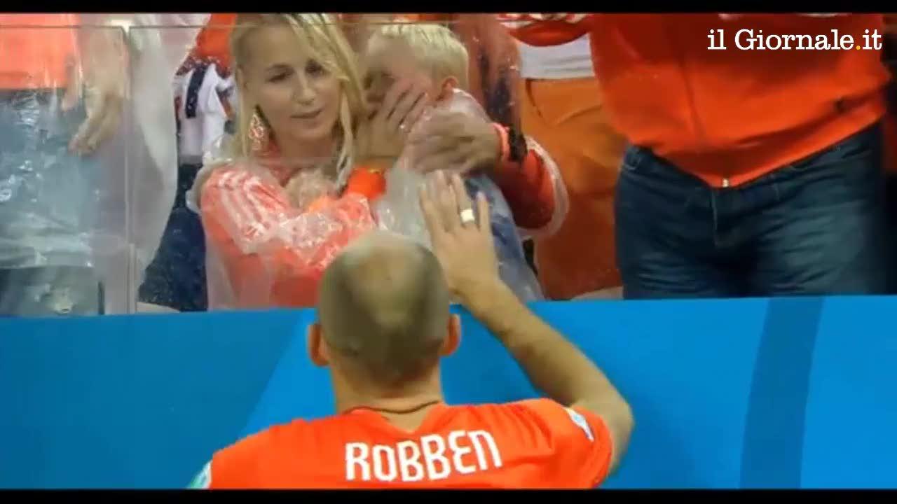 Robben consola il figlio dopo la sconfitta contro l'Argentina