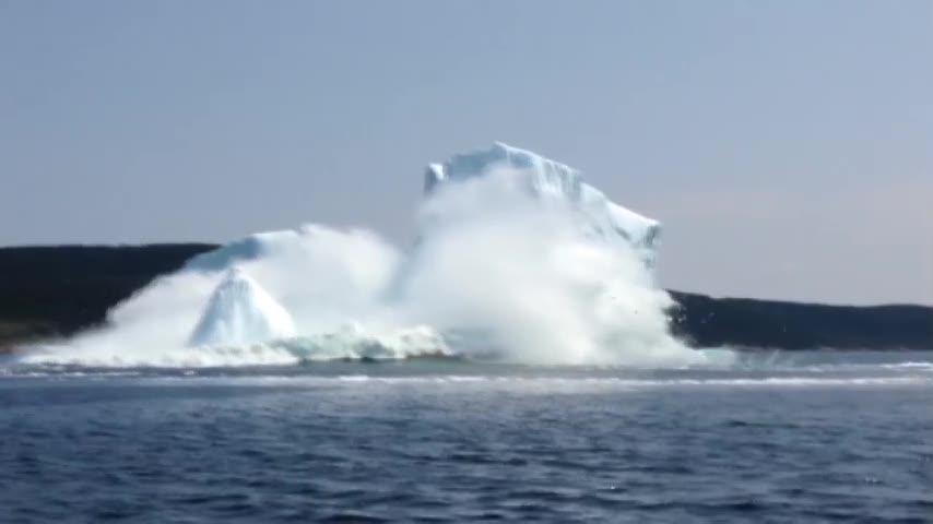 L'iceberg collassa e scatena il terrore