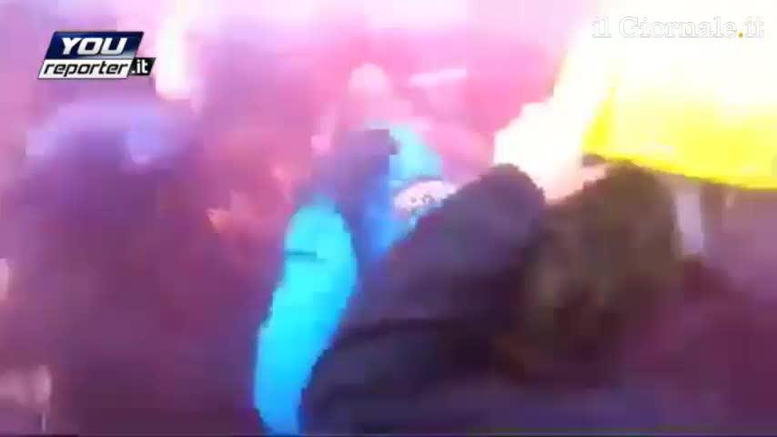 Milano, scontri tra la polizia e i manifestanti in via Larga