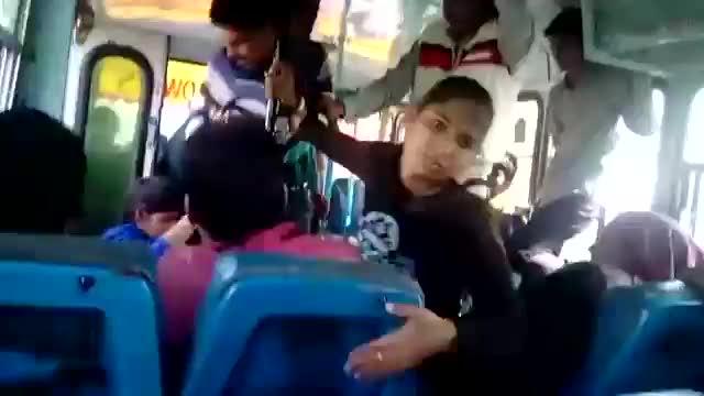 Le sorelle indiane pestano tre molestatori su un bus