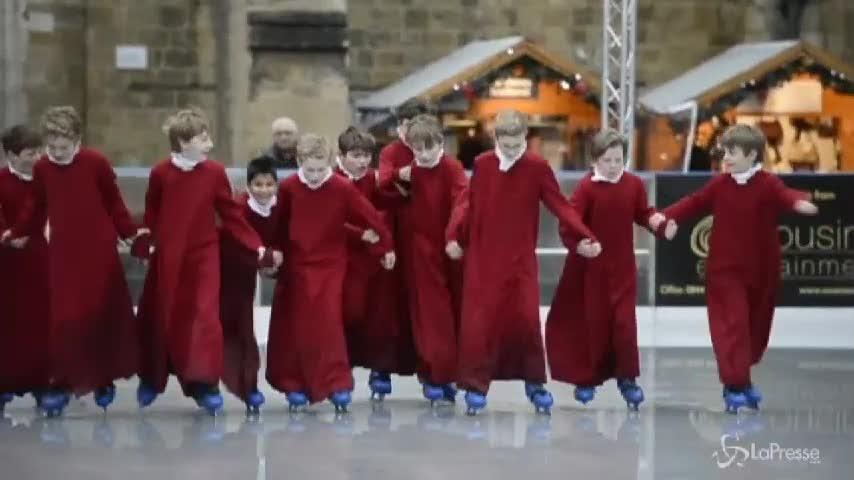 Pausa sul ghiaccio per coristi Winchester Cathedral: sui pattini con la toga
