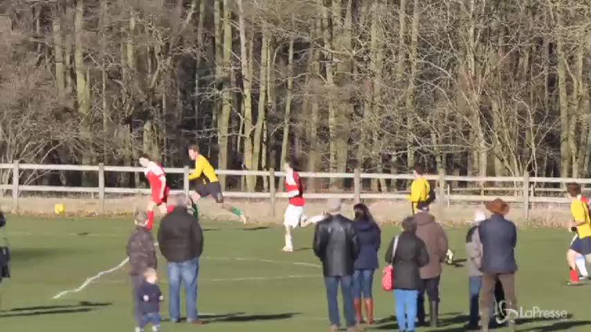 Il principe Harry gioca a calcio la vigilia di Natale per beneficenza