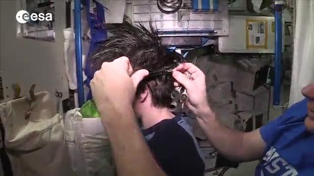 Un taglio spaziale per AstroSamantha