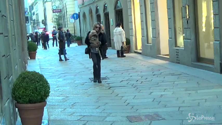 Elena Barolo passeggia per Milano con il cagnolino Whisky