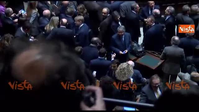 Napolitano vota tra gli applausi e i fischi