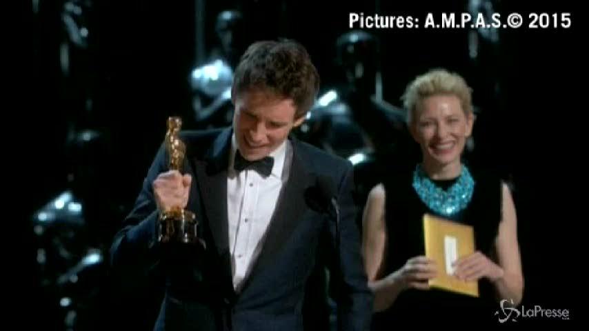 Eddie Redmayne vince l'Oscar si commuove sul palco