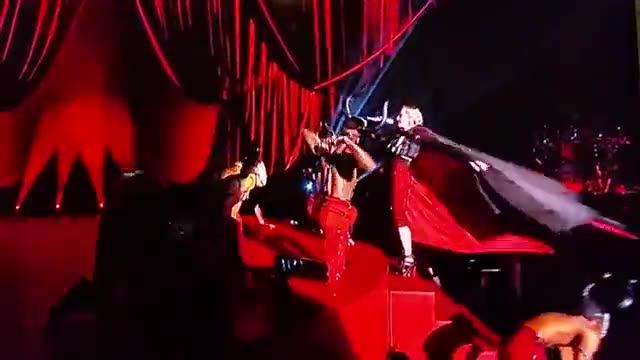 Madonna tradita dal mantello caduta rovinosa dal palco
