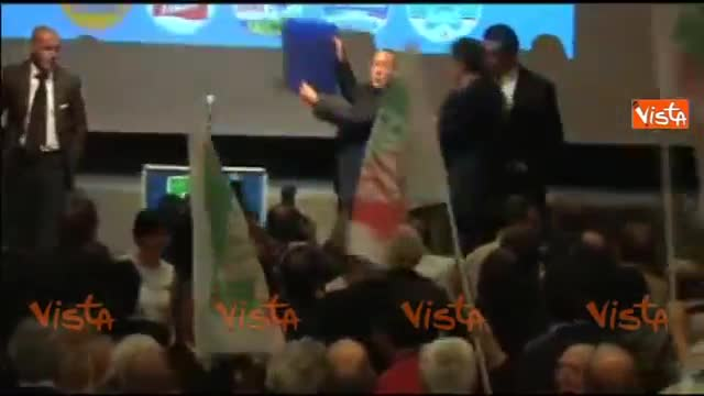 """Il Cav inciampa sul palco: """"Colpa della sinistra"""""""