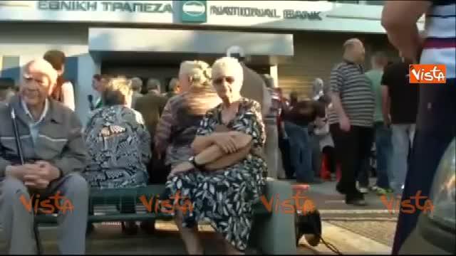 Grecia, continuano le code fuori dalle banche