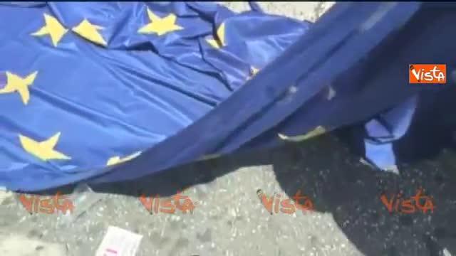 Atene, i manifestanti bruciano la bandiera Ue