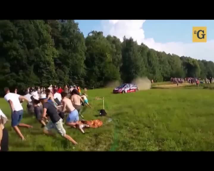 Rally, auto fuori controllo drifta fra gli spettatori
