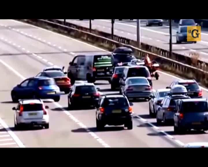 Autista blocca intera autostrada per cambiare corsia dopo aver bucato