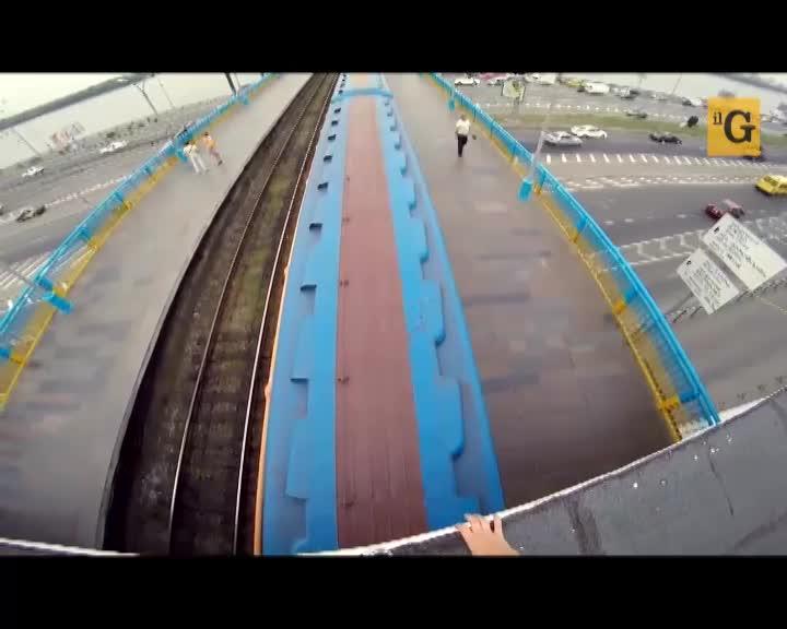 Vlogger russo passeggia sul tetto del treno in corsa