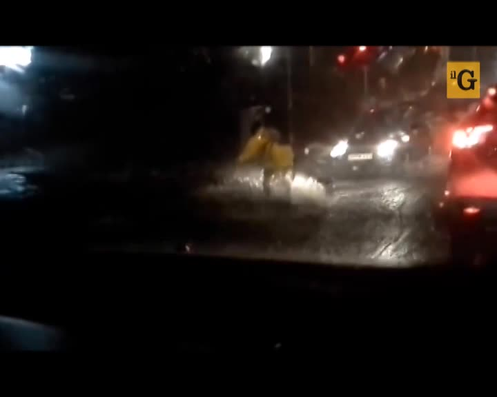 Ungheria, ciclista sfida la tormenta