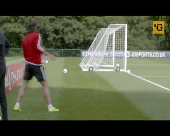 Gareth Bale segna da dietro la porta