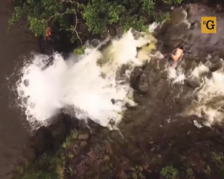 Sorpreso da un ingrossamento delle acque mentre scala la cascata